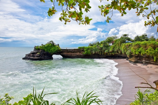 beach and Pura Batu Bolong temple Nusa Dua, Bali.jpg